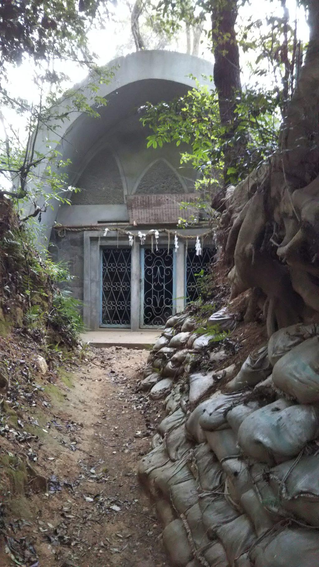 石人山古墳石棺小屋2